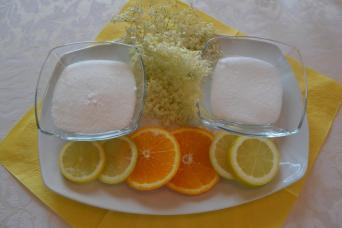 Der Holunder blüht! Wenn der Holunderstrauch an der LFS Buchhof blüht, ist es an der Zeit einen eigenen gesunden Holundersirup anzusetzen. Die LFS Buchhof SchülerInnen waren schon fleißig am Werk und haben die eigenen Blüten gesammelt und im Direktvermarktungsunterricht verarbeitet. Ganz einfach geht die Zubereitung, die wir hier gerne verraten. Zutaten 3l Wasser 3kg Zucker 10dag Zitronensäure 3-4 Zitronen oder Orangen 15-20 Holunderblüten Zubereitung 1. Holunderblüten säubern (nicht waschen!) und längere Stängel wegschneiden. 2. Die Zitronen oder Orangen waschen und in Scheiben schneiden. Dann alle weiteren Zutaten in ein sauberes Gefäß geben. 3. 3 Tage an einem dunklen und kühlen Ort stehen lassen, wenn möglich mit einem Deckel oder Tuch abdecken. 4. Ein bis zweimal am Tag alles gut durchrühren. 5. Danach durch ein feines Tuch abseihen und in saubere/sterilisierte Flaschen (mit Schraubverschluss) abfüllen. Jetzt genießen wir schon den frisch, genussvollen und gut schmeckenden Holundersaft.